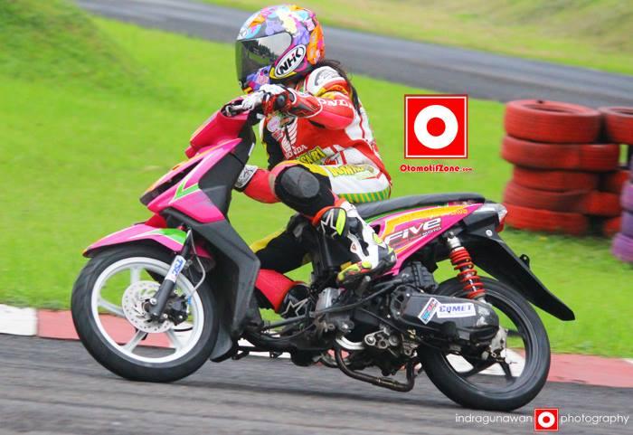 Pembalap Motor Drag Wanita