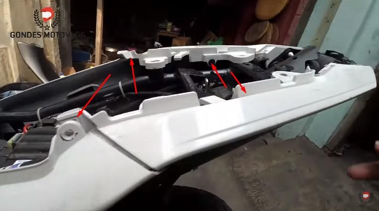 cara-lepas-baut-spabor-belakang-new-vixion-advance